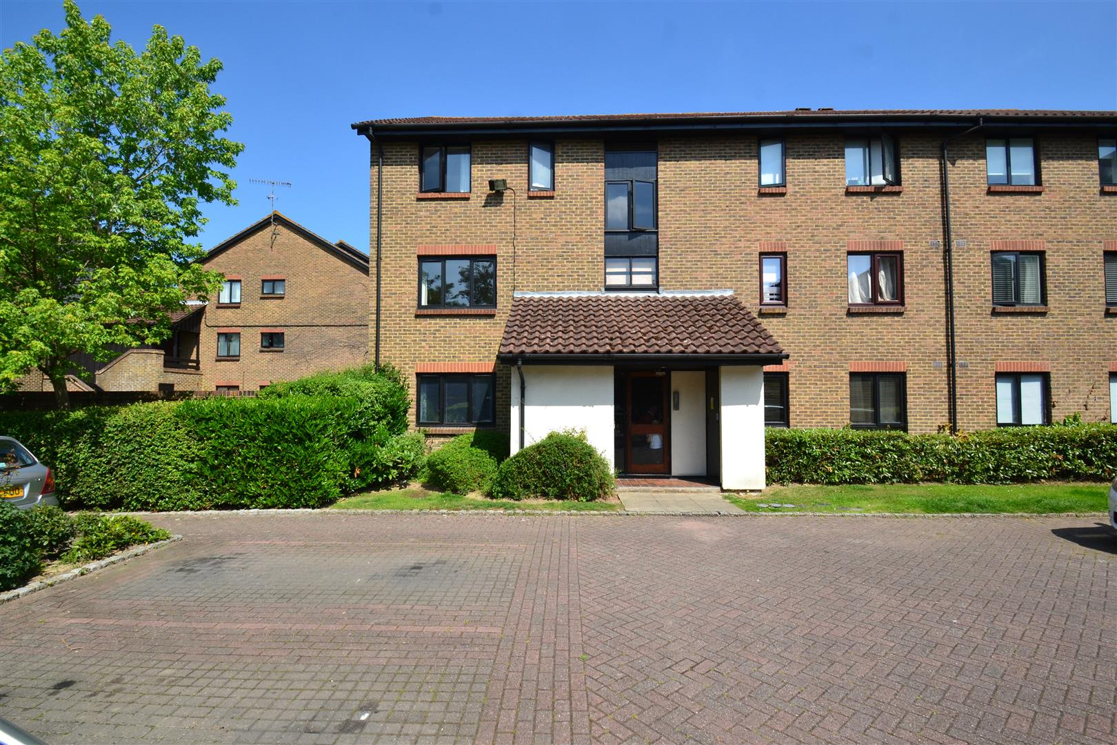 Studio Flat for sale in Whitecroft, Horley